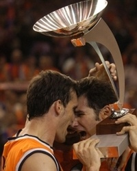 Nacho Rodilla and Victor Luengo of Pamesa Valencia celebrate the 2003 ULEB Cup title (Photo: Valencia Basket)