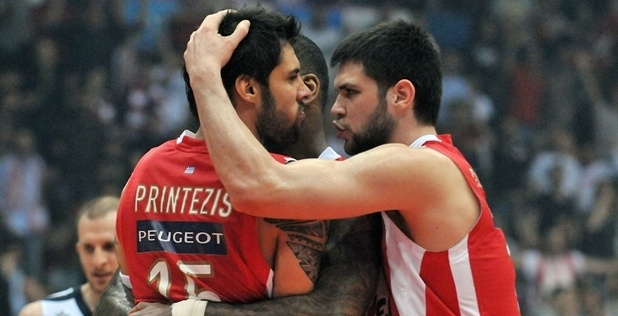 Players Olympiacos Piraeus celebrates - EB12