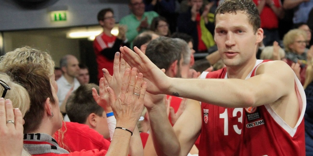 Janis Strelnieks celebrates with fans - Brose Baskets Bamber - EB15